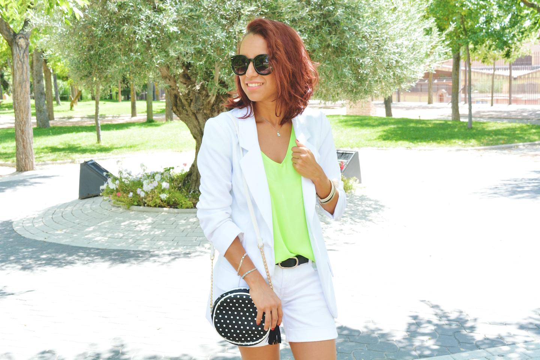 Cómo combinar una blusa verde flúor