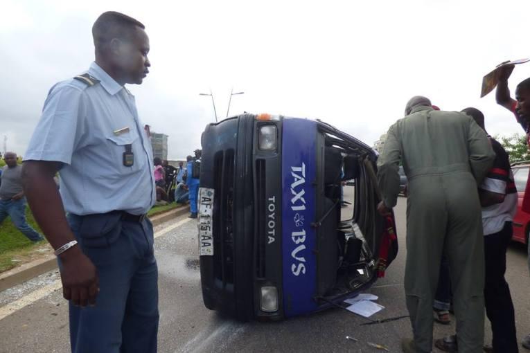 Un mini bus se renverse sur la voie express, plusieurs blessés