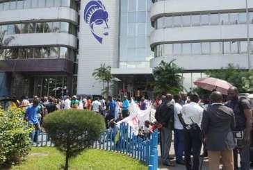 Privés d'eau, des gabonais manifestent leur colère devant le siège de la SEEG