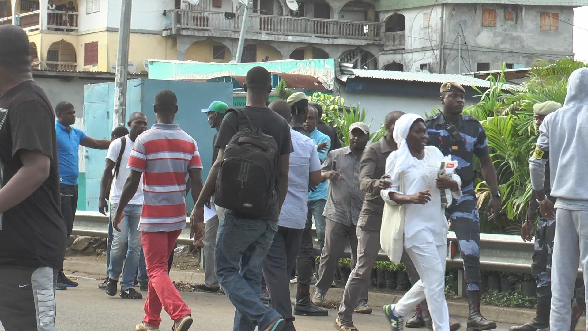 Marche noire empêchée par la police à Libreville (reportage photos)