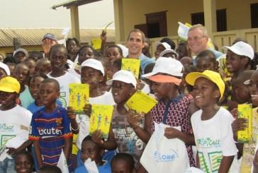 Les écoliers  de Mouila congratulés par les organisateurs de la Tropicale Amissa Bongo