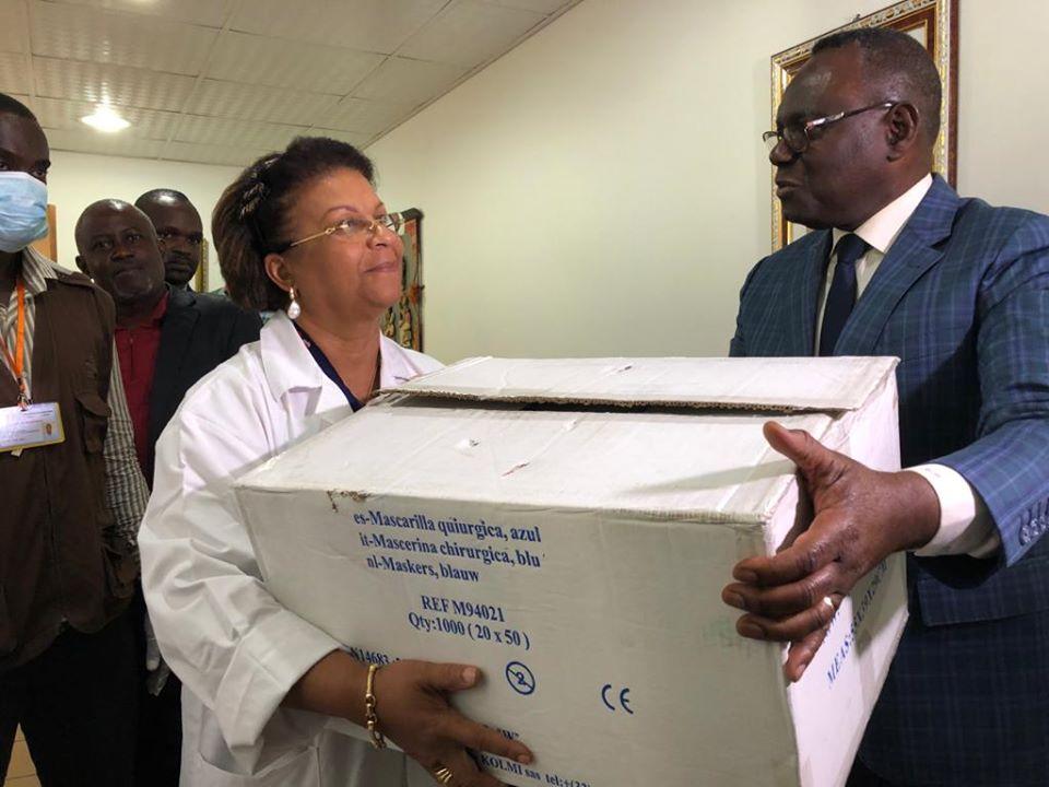 COVID-19 : le SAMU Social gabonais fait un don de 1000 bavettes  et 400 perfuseurs au CHUL