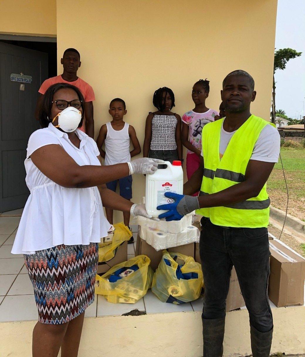 Gabon Télécom offre des produits d'hygiène aux personnes vulnérables  pour lutter contre le Covid-19