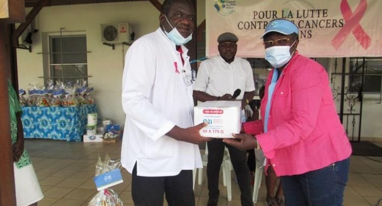 La Présidente de l'Appel des Mille et Une, Dr Nicole Assélé remettant symboliquement le don alimentaire au DGA de l'Institut de Cancérologie d'Angondjé le 24 octobre © Gabonactu.com