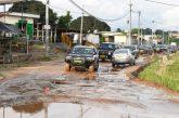Ali Bongo touche du doigt les voiries de Libreville en état piteux