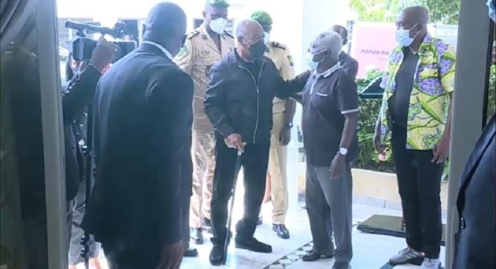 Le président Ali Bongo Ondimba est venu chez Jean-Boniface Assélé pour rendre un dernier hommage à sa tante maternelle, Marie-Louise Adira Dabany, lundi 16 novembre 2020 © DR