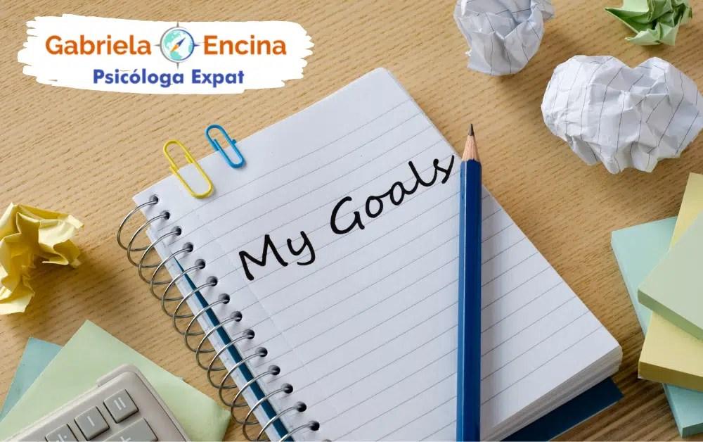 compararse con otros expats - cuaderno con my goals y encima un lapiz - Gabriela Encina Psicologa Expat