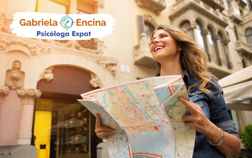 Acompanamiento con una Psicologa Expat - Mujer expat explorando con mapa en las manos