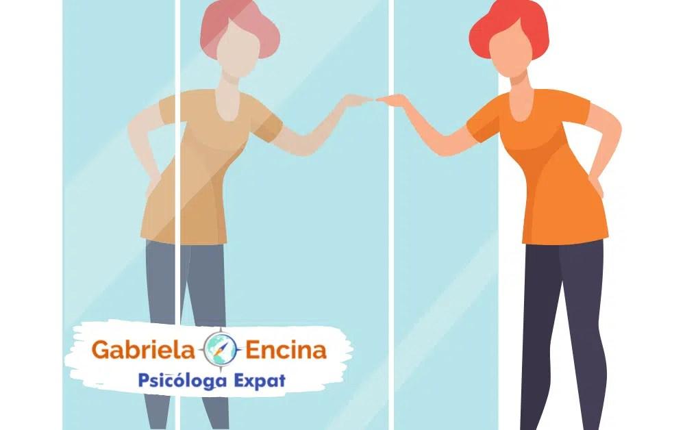 Como las distorsiones cognitivas afectan nuestra vida en el extranjero - Articulo de Gabriela Encina Psicologa Expat - mujer en el espejo