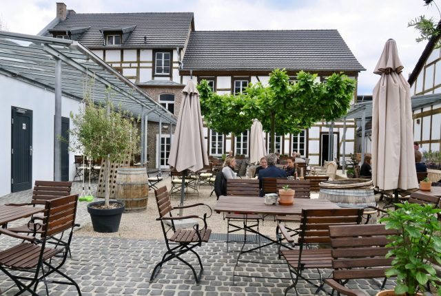 Bungertshof Weinstube mit Gartenterrasse