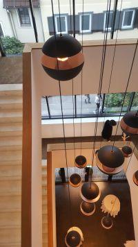 Moderne Leuchten im Treppenhaus des Hotels
