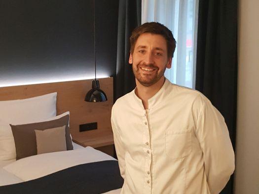 Michael Bischoff in einem der Hotelzimmer