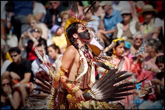 Un giovane nativo appresenta se stesso per i bianchi