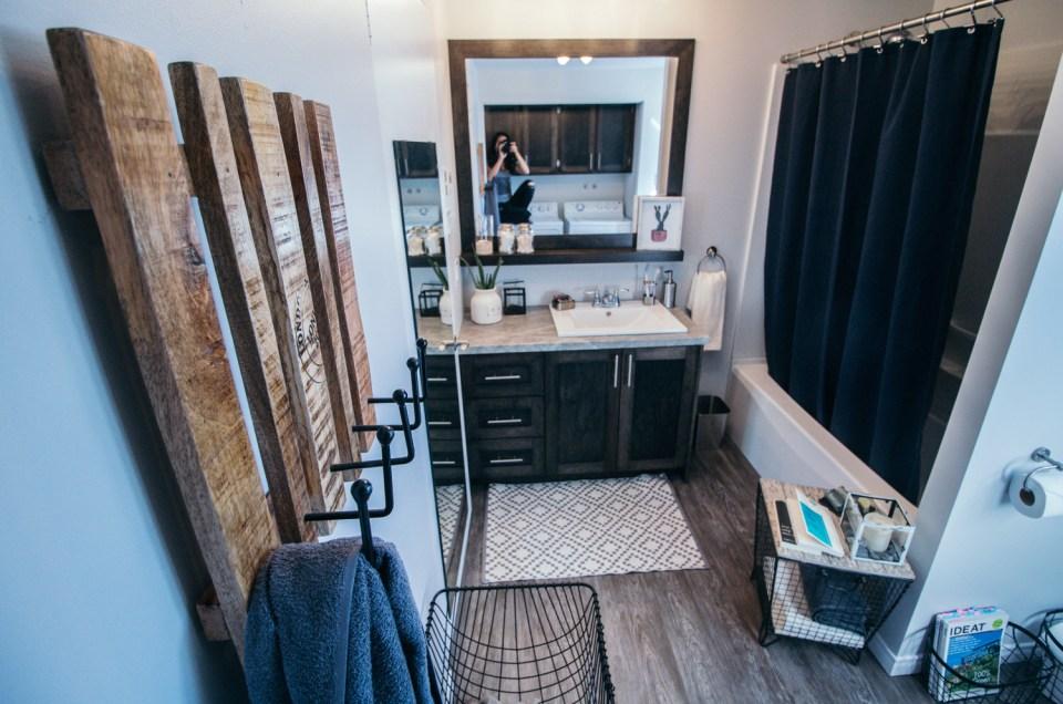 Une salle de bain joliment organisée