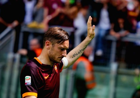 ROME, ITALY - MAY 08: Francesco Totti of AS Roma greets the fans after the Serie A match between AS Roma and AC Chievo Verona at Stadio Olimpico on May 8, 2016 in Rome, Italy. (Photo by Paolo Bruno/Getty Images)