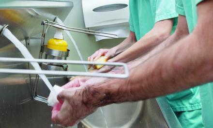 Educación y disciplina  en la higiene del médico  evitan las infecciones  intrahospitalarias