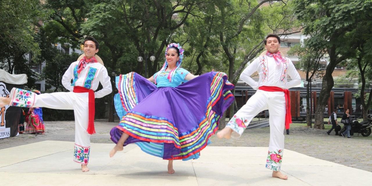 Compañía Universitaria de Folklor Mexicano en la Facultad de Medicina