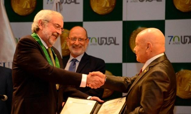 El doctor Enrique Graue recibe el grado de Doctor Honoris Causa en Perú