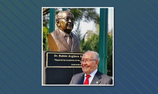 """Develan busto del doctor Rubén Argüero en la """"Plaza de las Médicas y Médicos Ilustres del IMSS"""""""