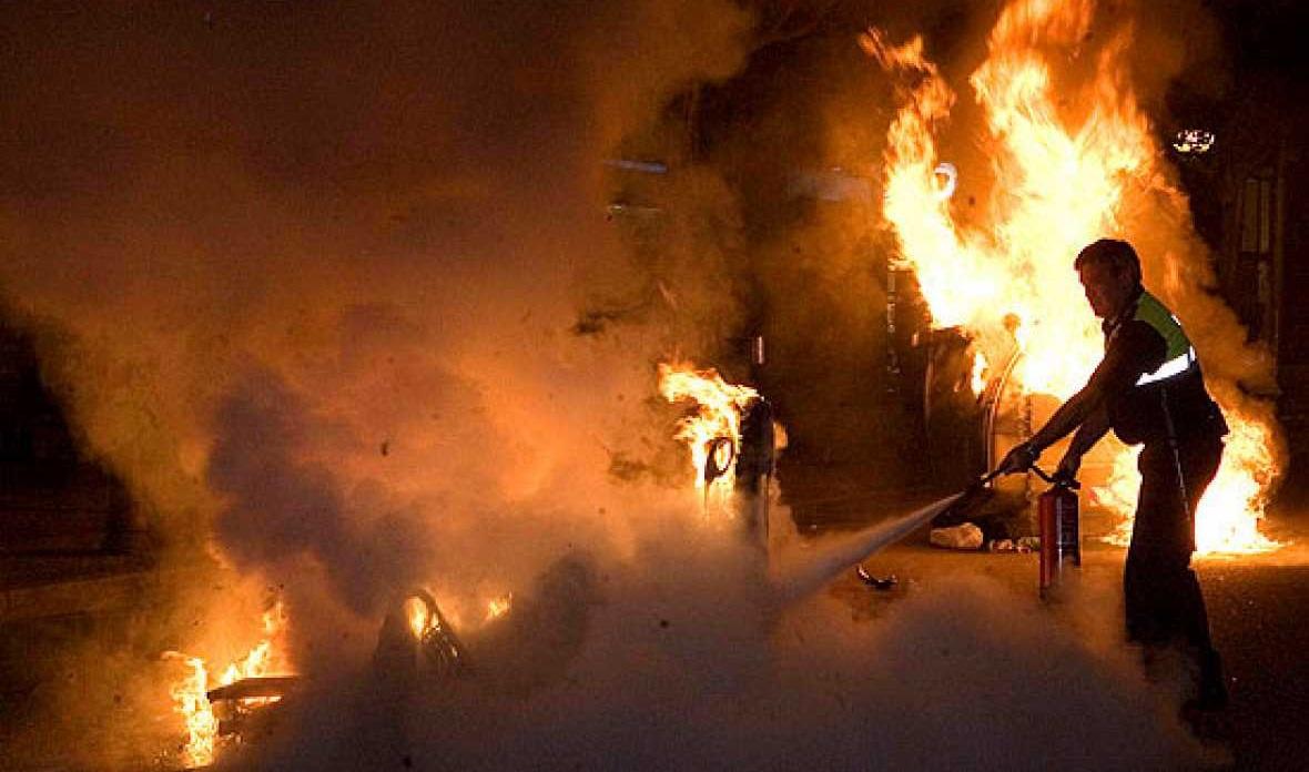 Detenido un joven acusado de incendiar 9 contenedores y 7 vehículos en Carabanchel