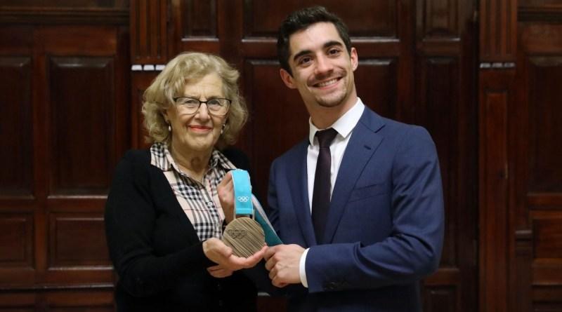 Manuela Carmena felicita al patinador Javier Fernández por su bronce olímpico