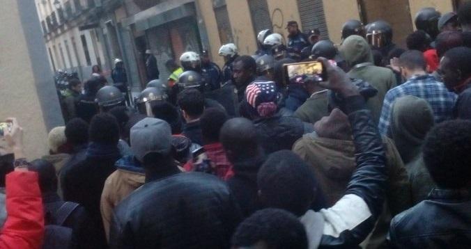 Disturbios y quema de contenedores en Lavapiés tras la muerte de un mantero