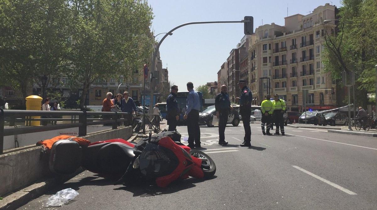 Cuatro heridos, dos de ellos graves, al arrollar una moto a unos peatones en Chamberí