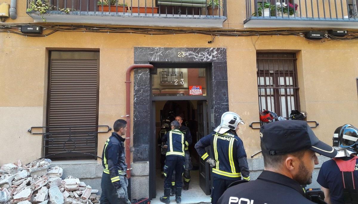5 vecinos atrapados en sus viviendas tras derrumbarse las pasarelas interiores de un edificio en Chamberí