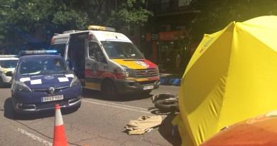 Muere un motorista de 21 años en la calle Alcalá tras ser golpeado por un turismo que ha huido