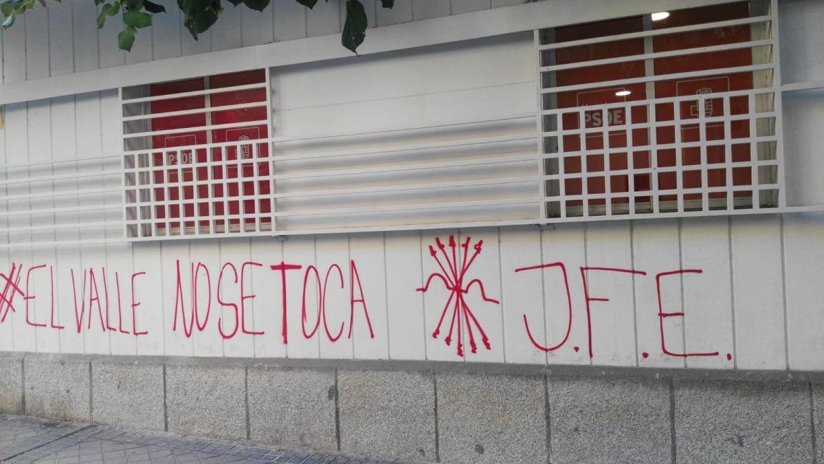 """Atacan la sede del PSOE-M con """"El Valle de los Caídos no se toca"""" y la firma de las Juventudes Falangistas"""