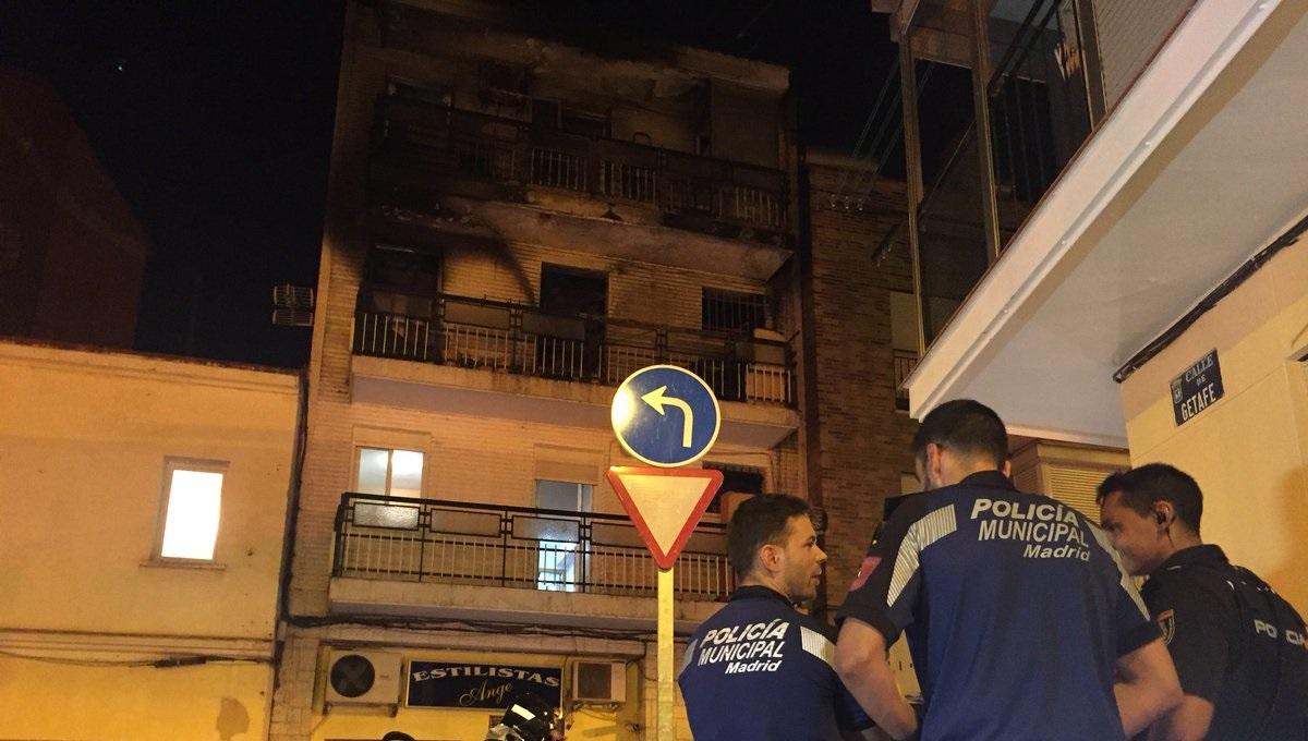Dos personas heridas graves en un virulento incendio declarado en una vivienda en Villaverde