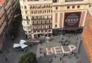 """Más de 100 kg de anuncios de prostitución forman en Callao un """"HELP"""" gigante contra la trata"""