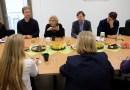 Manuela Carmena elogia la política de atención a personas refugiadas desarrollada por Berlín
