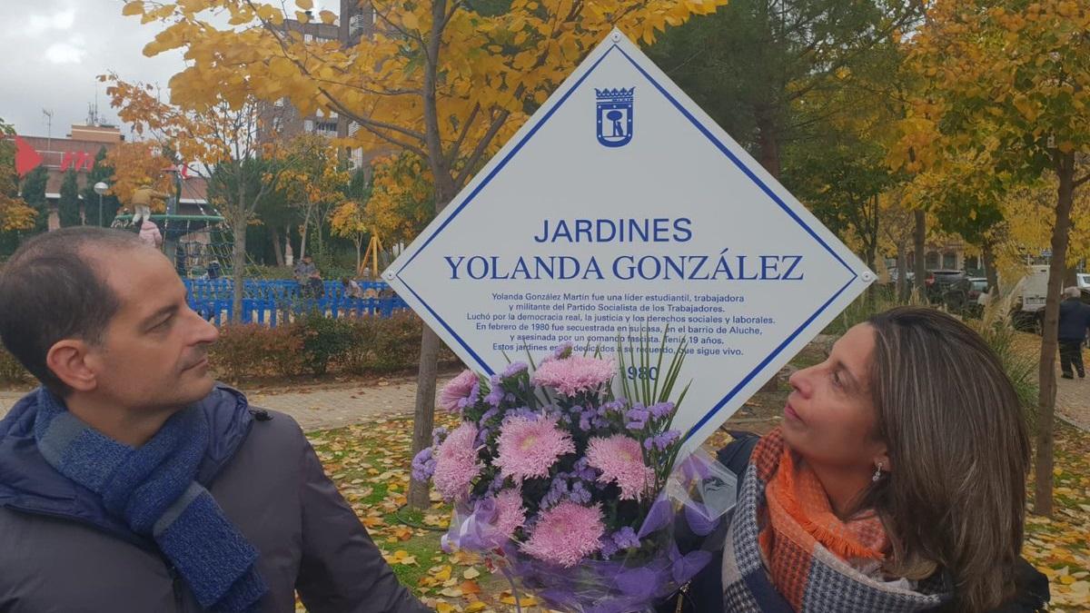 Una placa recuerda desde hoy a Yolanda González en los jardines de Latina que llevan su nombre