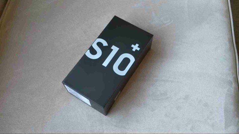 ▲ S10+ boxed with black as the base, with a large white S10+ lettering, the design is quite simple.
