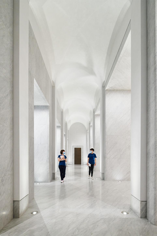 Apple Via Del Corso opens in Rome interior hall 052721