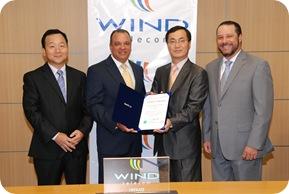 Jung-Suk Choi, Director General de la Oficina Comercial del Gobierno de Corea, entrega el reconocimiento a José Clase, presidente del Consejo de Directores de Wind. Figuran Eric Jeong, Gerente de Proyectos de Samsung; y Damián Báez,  Vicepresidente Comercial & Operaciones de Wind.