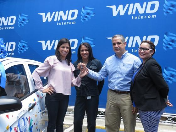 1-Ejecutivos de Wind Telecom hacen entrega del gran premio, un carro, a María Elizabeth Tio