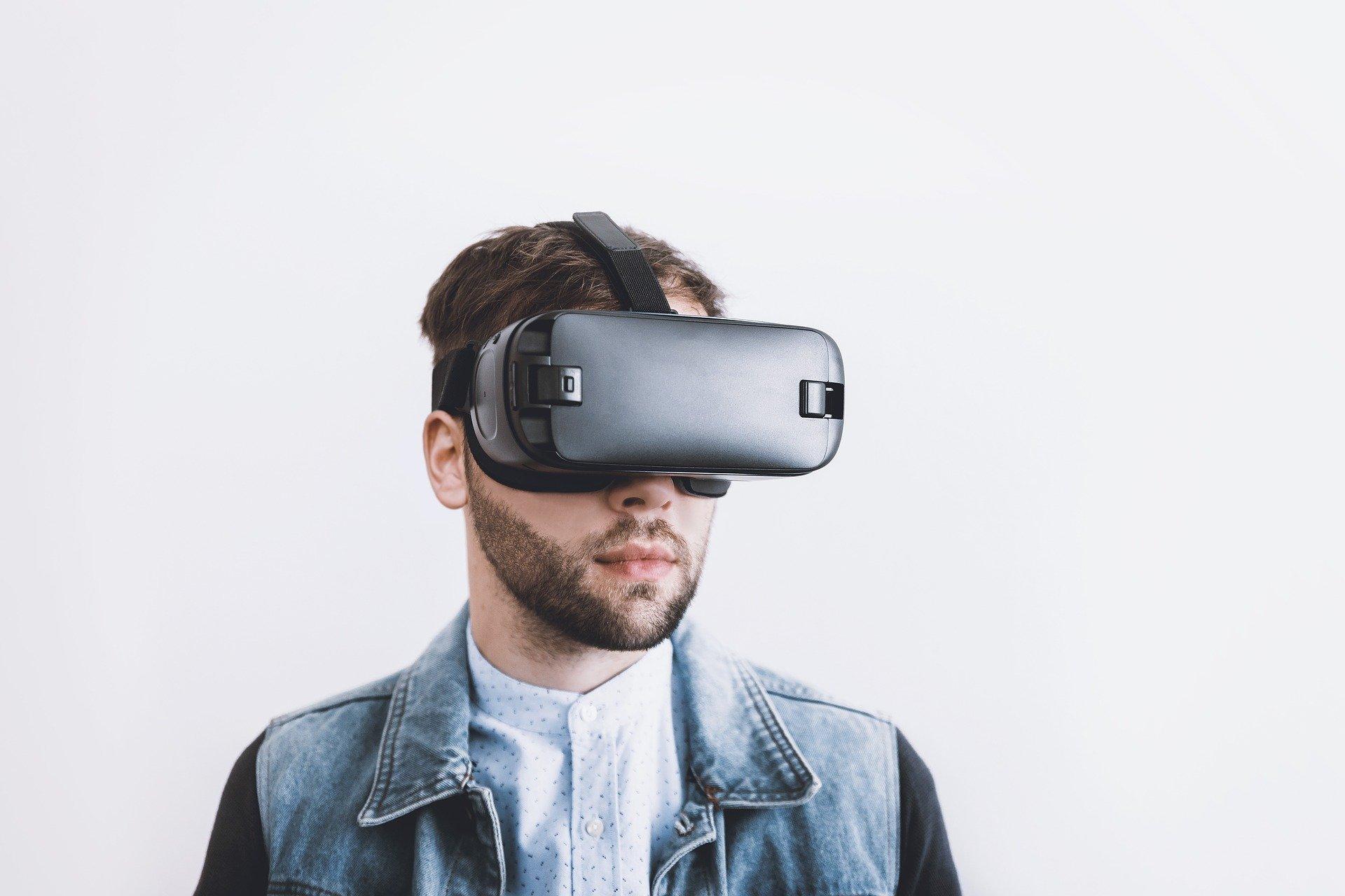 Mann mit VR Brille