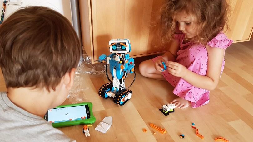 LEGO BOOST - die Kinder am Bauen