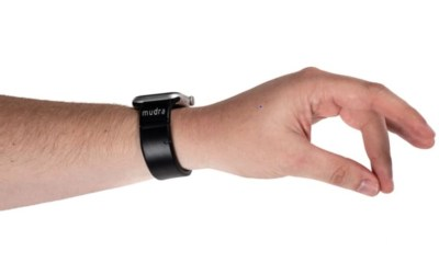 Smart Bracelet for Apple Watch Allows You to Manage Your Watch Without Touching