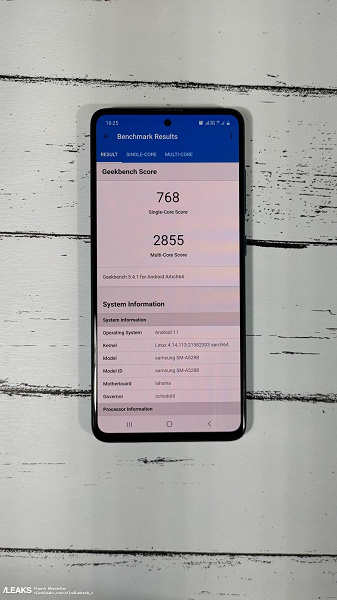 Samsung's most powerful mid-range smartphone: first live photos of the Galaxy A52s on and in the box