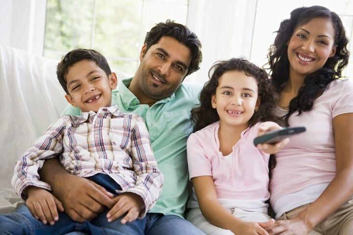 Familie gemeinsam vorm Fernseher | © panthermedia.net / Cathy Yeulet