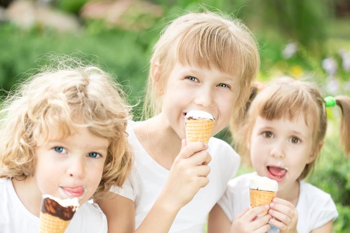 Kinder essen Eis | © panthermedia.net /Yaruta