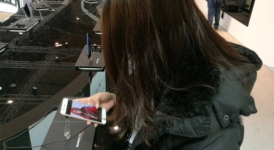 Chica mirando Huawei P10