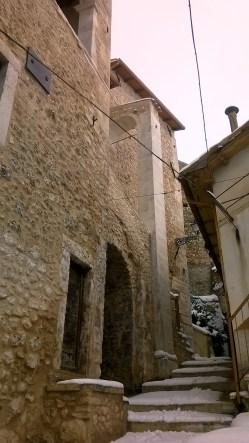 La Parrocchiale di San Sebastiano sotto la neve dopo i recenti lavori di restauro post sisma