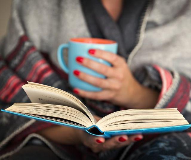 Hoy, primero de octubre, es el Día Internacional de las Personas de Edad, una fecha para recordar lo importante. «El libro azul» es un microrrelato del escritor Salvador Robles Miras que te invitamos a leer.   #01Oct #DíaPersonasdeEdad #relato #gafeinfo #ediciónotoño #LaPalmaEstamosContigo #editorabgr