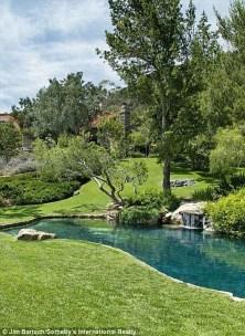 Newest Green Grass Design Ideas For Front Yard Garden 21