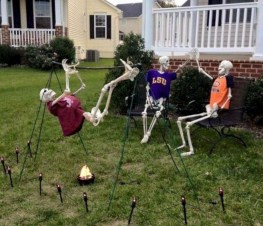Casual Diy Outdoor Halloween Decor Ideas For Your Frontyard 11