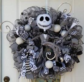 Splendid Wreath Designs Ideas For Front Door To Welcome Halloween 26